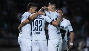 Jugadores de Pumas festejan el gol del empate