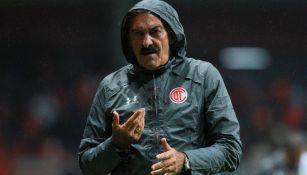 Ricardo La Volpe durante un juego de Toluca