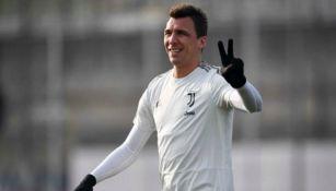 Mandzukic saluda en un entrenamiento de la Juventus