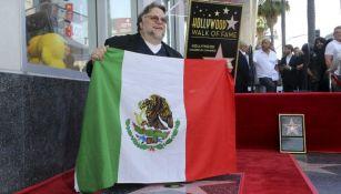 Guillermo del Toro posa con la bandera de México junto a su estrella
