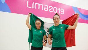 Paola Longoria y Samantha Salas, con la bandera de México