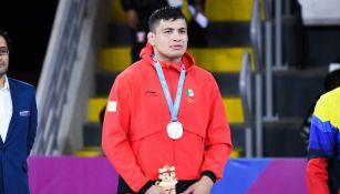 El mexicano Alfonso Leyva en el podio con su medalla de plata