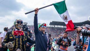 Checo Pérez alza la bandera de México en el Gran Premio