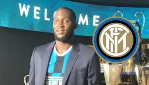 Romelu Lukaku en la sala de trofeos del Inter