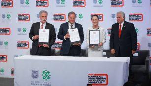 Chase Carey, Alejandro Soberón, Claudia Sheinbaum y Miguel Torruco durante la firma del convenio entre el Gobierno de la Ciudad de México y la Fórmula 1