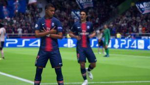 Mbappé y Cavani festejan un gol en FIFA 19