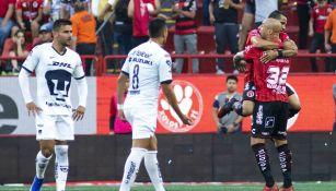 Jugadores de Pumas se lamentan mientras Xolos celebra