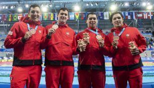 Equipo mexicano de natación con medalla de bronce