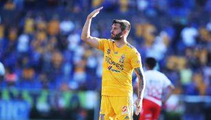Gignac festeja uno de sus goles contra Necaxa