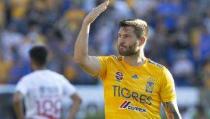 André Gignac celebra uno de sus goles a Necaxa