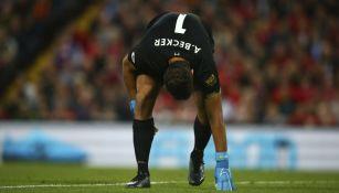 Alisson resintiendo su lesión en el partido ante Norwich