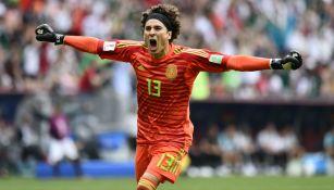 Guillermo Ochoa celebra un gol frente a la Selección de Alemania