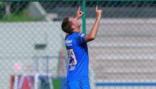 Santiago Giménez festeja uno de sus goles vs Bravos