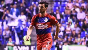 Oswaldo Alanís, durante un duelo con Chivas