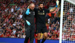 Alisson es ayudado por personal médico del Liverpool