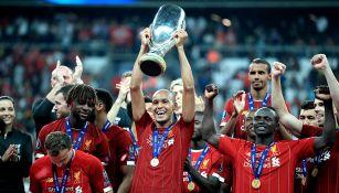 Fabinho levanta el trofeo como Campeón de la Supercopa de Europa