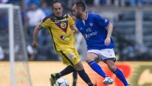 Cuauhtémoc Blanco y Chelito Delgado durante un juego de leyendas