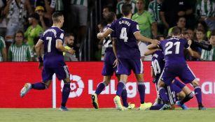 Jugadores de Valladolid celebran triunfo sobre el Betis