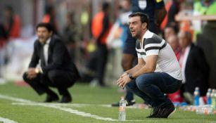 Pablo Guede observa un partido