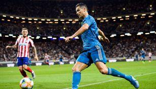 Cristiano Ronaldo conduce balón en juego contra Atléticos de Madrid
