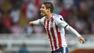 Isaac Brizuela, celebra un gol con Chivas