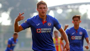 Santiago Giménez celebra un gol con Cruz Azul