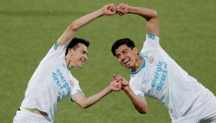 Hirving Lozano y Erick Gutiérrez celebran un gol con el PSV
