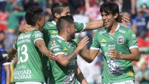 José Juan Macías celebra con sus compañeros una de sus anotaciones ante Querétaro