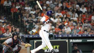 Yordan Álvarez durante un juego de los Astros