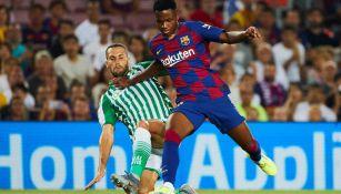 Ansu Fati disputa el balón en su debut con Barcelona