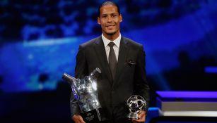 Van Dijk presume sus premios en la gala de la UEFA