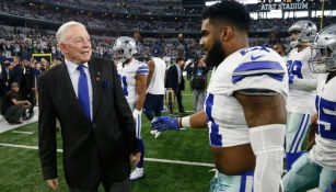 Jerry Jones y Ezekiel Elliott tras un juego de Dallas