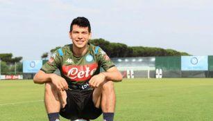 Lozano posa con la playera del Napoli