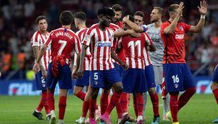 Héctor Herrera celebra con sus compañeros la victoria del Atlético de Madrid ante el Eibar