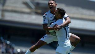 Bryan Mendoza y Víctor Malcorra festejan un gol de Pumas
