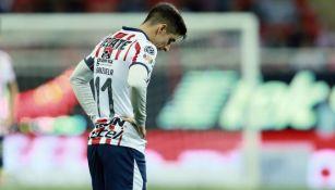 Isaác Brizuela lamentándose en un partido con Chivas