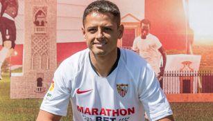 Chicharito Hernández posa con la playera del Sevilla