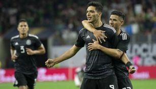 Raúl Jiménez festeja su último gol con el Tri