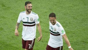 Miguel Layún y Chicharito Hernández durante un partido