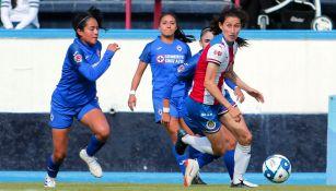 Acción durante el Cruz Azul vs Chivas Femenil