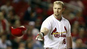 Chris Duncan arroja su casco tras un encuentro con los Cardinals