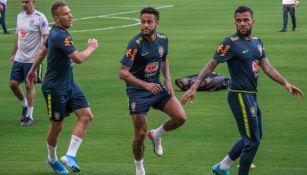 Neymar y Alves, en un entrenamiento de Brasil
