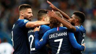 Jugadores de Francia, en festejo de gol contra Albania