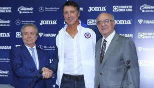 Víctor Garcés, Robert Siboldi y Alfredo Álvarez durante la presentación del entrenador