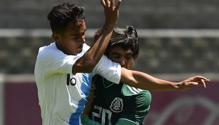 Bruce El-mesmari Sangochian, lucha por el balón contra su rival