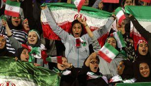 Aficionadas de Irán celebran dentro de un estadio