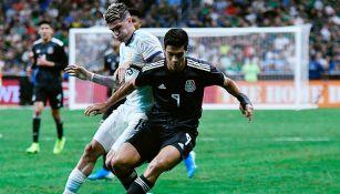 Raúl Jiménez aguanta la marca en juego contra Argentina
