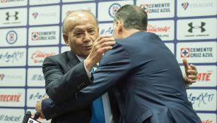 Billy Álvarez y Ricardo Peláez se abrazan en una conferencia
