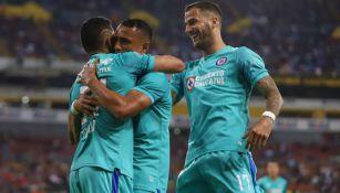 Jugadores de Cruz Azul festejan un gol contra Atlas