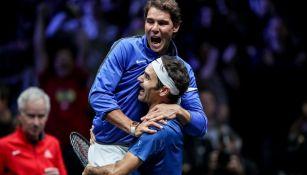 Nadal y Federer celebran juntos durante un partido